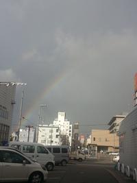 虹のむこうは。