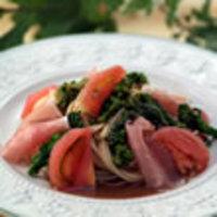 生ハムと菜の花、フレッシュトマトのごまだれパスタ