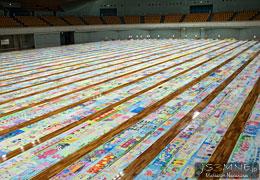広いアリーナ一面に展示された世界一長い絵