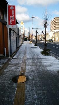 雪降って道路凍る