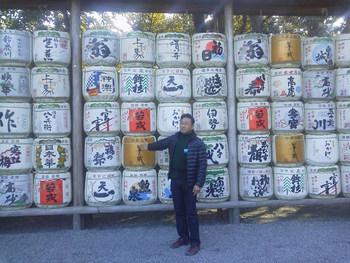 三重県産の全銘柄の清酒の樽を並べたところで・・・