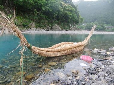 葦舟とともに熊野川をゆく