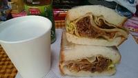 牛肉とレタスのサンドイッチ