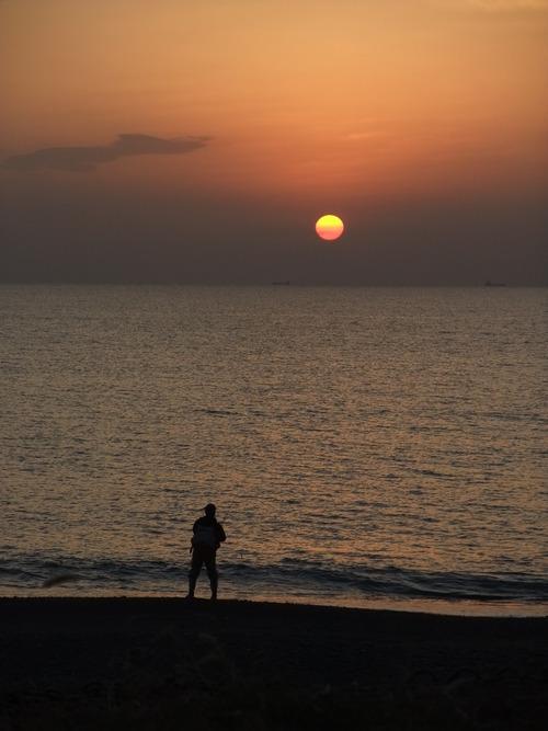 夕日と釣人