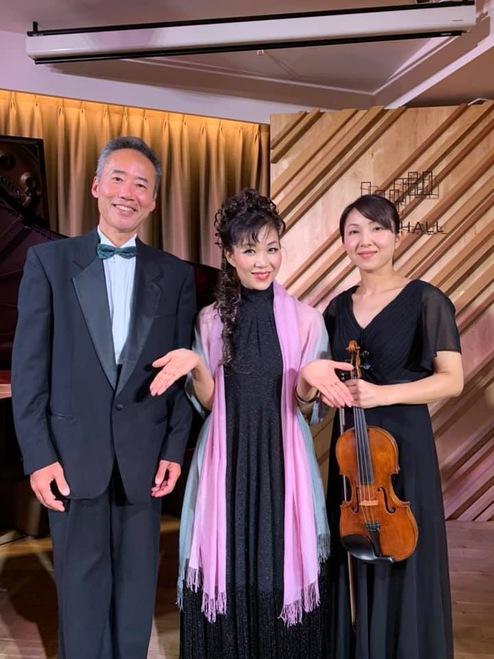 三つのドレスとピアノとヴァイオリンで歌う、、
