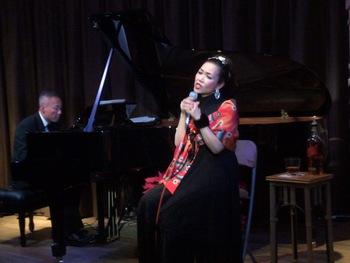 三つのドレスとピアノで歌うクリスマスパーティー