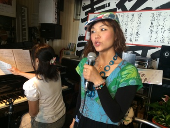 明日は橋本でライブです!
