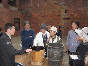 田島漆旧工場内、煉瓦堂にて池庄さん説明