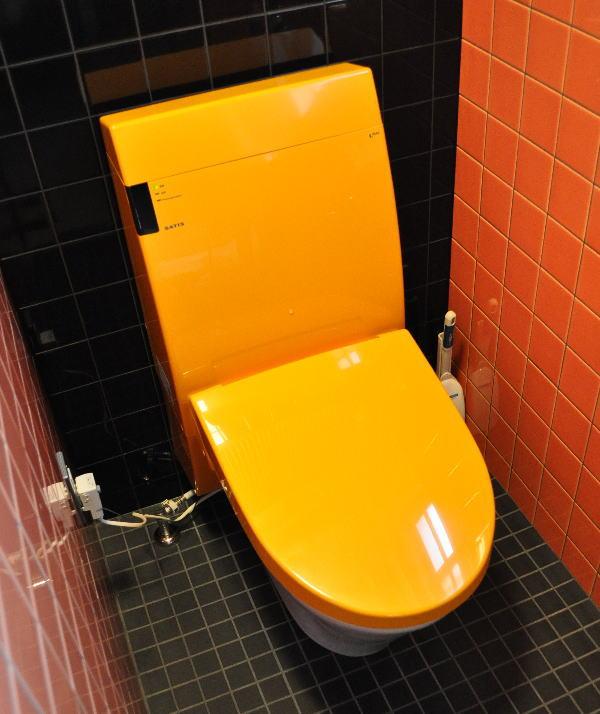 オレンジ色のトイレ・便器