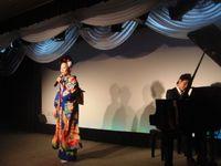 宮本静@通天閣歌謡劇場でピアノで歌う。