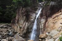 熊野川に流れる滝