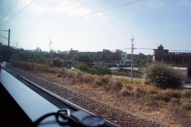 【台湾鉄道・竹北→新竹→竹南】新竹には海岸線に風力発電の風車