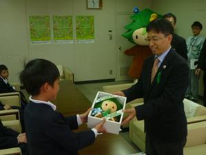 紀見小 5年生 (エコ会社ワールプライフ)が「緑の募金」に寄付!!